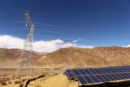 Photo pour Panneaux solaires, électricité photovoltaïque, autre source - notion de ressources durables - image libre de droit