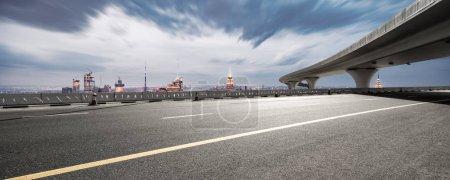 Photo pour Autoroute asphaltée vide avec paysage urbain moderne New York - image libre de droit