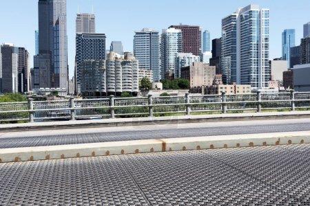 Photo pour Rue déserte à travers la ville moderne - image libre de droit
