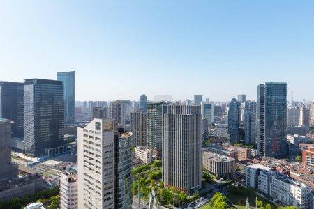 Photo pour Immeubles de bureaux modernes à shanghai, vue de la forte inclinaison du paysage urbain et l'horizon - image libre de droit