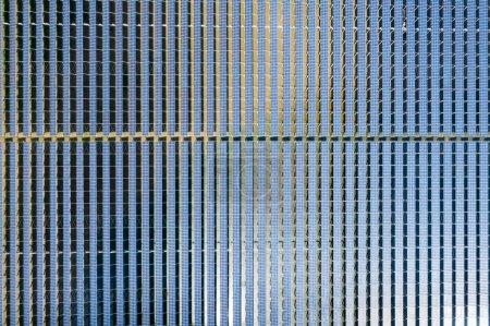 Foto de Prolijamente dispuestos los paneles solares, vista aérea de la estación de generación de energía limpia - Imagen libre de derechos