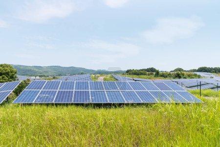 Foto de Paneles de energía solar energías renovables en la ladera - Imagen libre de derechos