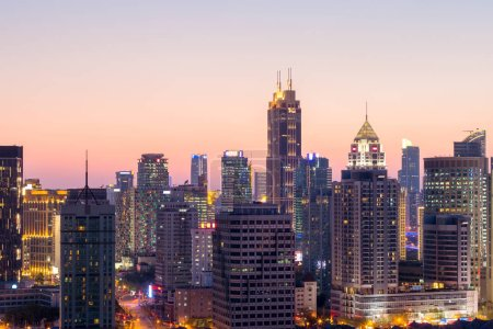 Foto de Hermosa escena de anochecer de paisaje urbano y horizonte en shanghai - Imagen libre de derechos