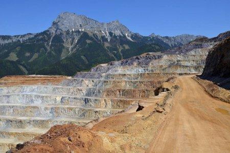 Photo pour Vue aérienne de la carrière minière à ciel ouvert - image libre de droit