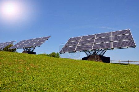 Photo pour Panneaux solaires produisant de l'électricité, concept d'énergie renouvelable - image libre de droit