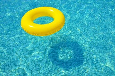 Photo pour Tube gonflable coloré, flottant dans la piscine, concept de vacances d'été - image libre de droit
