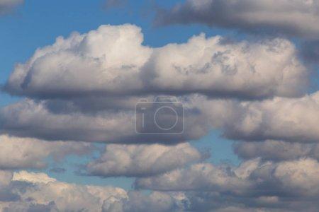 Foto de Ver en las nubes de lluvia en un cielo - Imagen libre de derechos