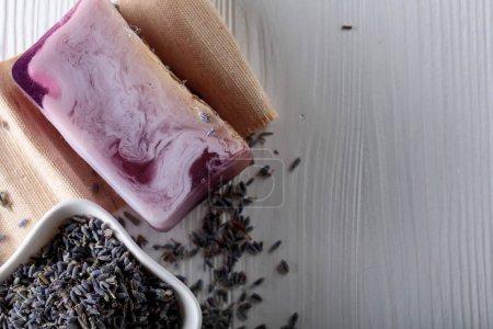 Photo pour Bar de savon bio naturel à la lavande sur fond de bois blanc. Fabrication artisanale de savon. Produits de spa et concept de soins de la peau. Espace de copie . - image libre de droit