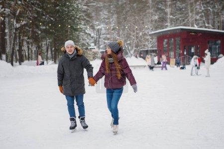 Photo pour Couple homme et femme sur patinoire en hiver . - image libre de droit