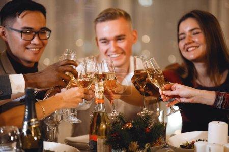 Photo pour Noël fête plusieurs personnes asiatiques et caucasiennes à la table des fêtes. Concentration sélective et douce. Effet vintage du vieux film. Filtre pour bruit et grain. - image libre de droit