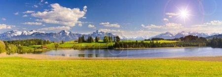 Photo pour Paysage panoramique en Bavière avec chaîne de montagnes alpines et lac Forggensee - image libre de droit