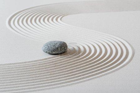 Photo pour Jardin zen japonais avec pierre dans le sable - image libre de droit