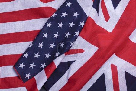 Photo pour Deux drapeaux anglais union jack et Usa star spangled banner. Symboles matériels de premiers pays du monde - image libre de droit