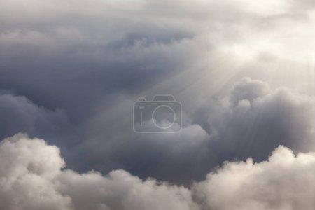 Photo pour Nuages dramatiques avec des rayons de soleil qui piquent cependant. Paysage nuageux naturel backgorund - image libre de droit