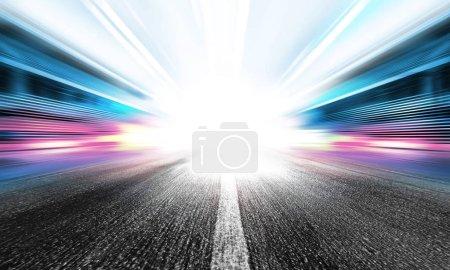 Photo pour Flou de mouvement de la route à grande vitesse pour le véhicule - image libre de droit