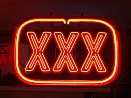 Photo pour Contexte de vie de nuit adulte, néon sur fond - image libre de droit
