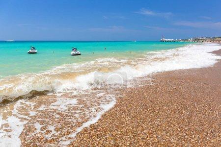 Photo pour Bleu lagon de la plage sur la Riviera turque près de côté - image libre de droit