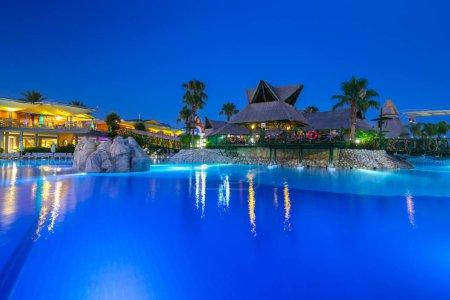 Photo pour Side, Turquie - 12 juin 2018 : Belle piscine de la station TT Pegasos World près de Side la nuit, Turquie. Pegasos World Hotel est un complexe 4 étoiles avec 9600 mètres carrés de piscines . - image libre de droit