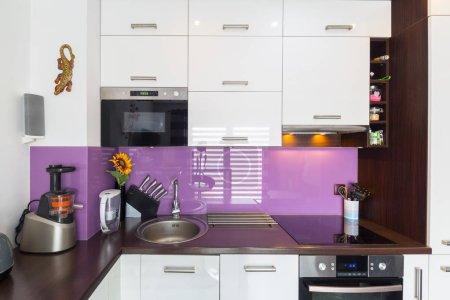 Photo pour Intérieur de cuisine blanc et violet moderne - image libre de droit