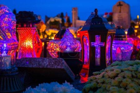 Photo pour Bougies colorées sur le cimetière à la Toussaint, Pologne - image libre de droit