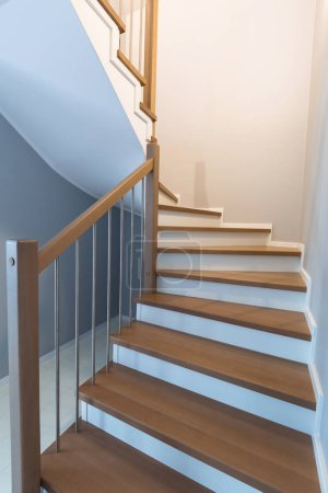 Photo pour Intérieur d'escalier avec des marches en bois nouveau - image libre de droit
