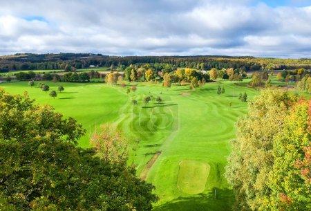 Photo pour Vue aérienne pour terrain de golf suédois - image libre de droit