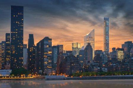 Photo pour New York City skyline avec des gratte-ciel urbains au coucher du soleil, États-Unis. - image libre de droit