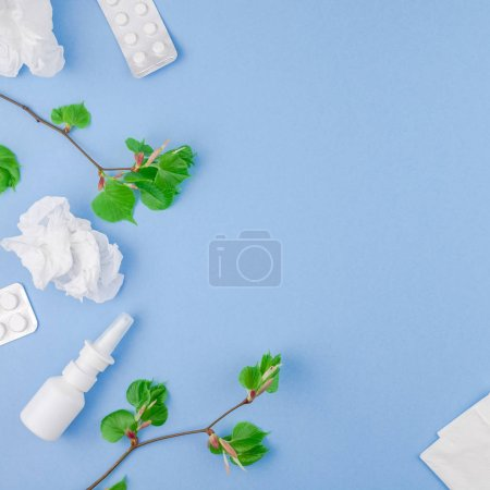 Photo pour Concept créatif plat laïc d'allergie saisonnière au pollen printanier avec serviettes, pilules, masque facial, gouttes dans une bouteille et choux verts frais avec bourgeons. Espace de copie carré fond style minimal, modèle pour le texte - image libre de droit