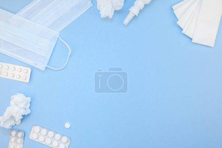 Photo pour Concept créatif plat laïc d'allergie printanière saisonnière avec serviettes, pilules, masque facial et gouttes dans une bouteille avec espace de copie style minimal, modèle pour le texte - image libre de droit