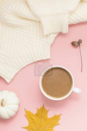 Photo pour Créative café automne de vue aérienne supérieure plat laïcs lait tasse de latte sur style minimal de la copie de l'espace fond rose millénaire. Modèle de saison d'automne pour les médias sociaux blog féminin - image libre de droit