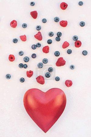 Photo pour Créative composition concept romantique de Saint-Valentin plate poser vue de dessus amour vacances célébration rouge coeur framboise bleuet fond rose copie espace modèle carte de voeux texte articles de médias sociaux - image libre de droit