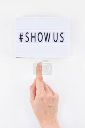 Photo pour Vue de dessus créative plat couche de lightbox avec hashtag Afficher le message fond blanc style minimal. Concept de projet plus grande collection de photos de stock au monde créée par des femmes - image libre de droit