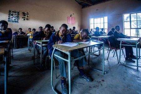 """Photo pour PIGGS PEAK, SWAZILAND-29 JUILLET : Étudiants orphelins non identifiés le 29 juillet 2008 à l """"école missionnaire Nazarene, Piggs Peak, Swaziland. - image libre de droit"""