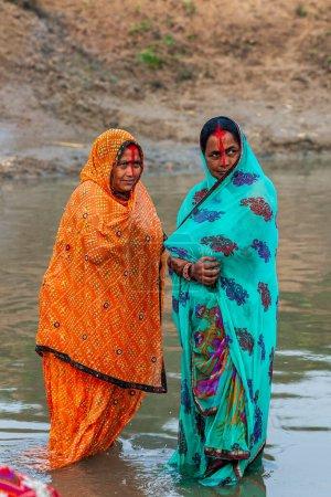 Photo pour RAXAUL, INDE - NOV 8 : Femmes indiennes non identifiées célébrant Chhath le 8 novembre 2013 à Raxaul, État du Bihar, Inde. - image libre de droit