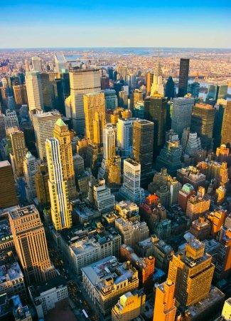 Photo pour Vue aérienne de verticale sur le côté de midtown et de l'est du haut de l'Empire State building, Manhattan, New York. Coucher de soleil d'un jour propre et ensoleillé avec une visibilité exceptionnelle. - image libre de droit