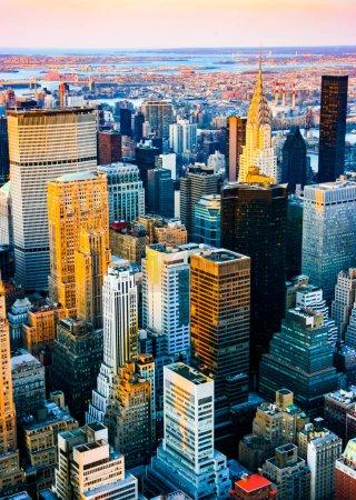 Photo pour Vue aérienne verticale sur le côté de midtown et de l'est du haut de l'Empire State building, Manhattan, New York. Coucher de soleil d'un jour propre et ensoleillé avec une visibilité exceptionnelle. - image libre de droit