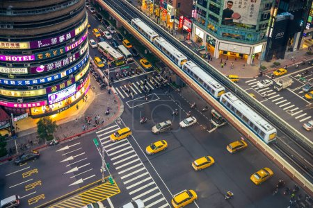 Photo pour 28 avril 2016 : décor du quartier oriental, le long de la route Zhongxiao Est entre la station MRT de Zhongxiao Fuxing et le Sun Yat-Sen Memorial Hall à Taipei, Taiwan. - image libre de droit