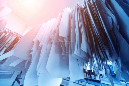 Wzór ubrań. Linia produkcyjna przemysłu tkaninowego. Fabryka wyrobów włókienniczych.