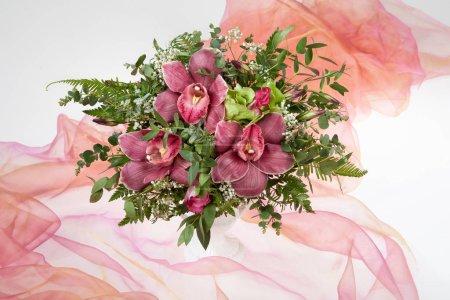Photo pour Bouquet de fleurs sur fond de studio en tissu - image libre de droit