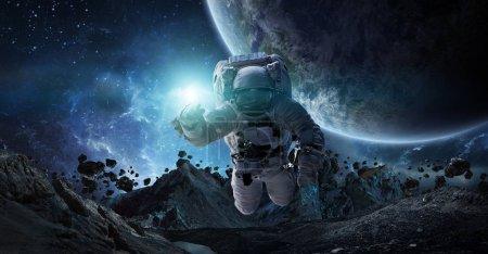 Photo pour Astronaute flottant dans l'espace en face de planètes 3d rendu des éléments de cette image fournie par la Nasa - image libre de droit