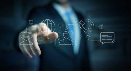 Homme d'affaires sur fond flou en utilisant une ligne mince réseau social icônes interface