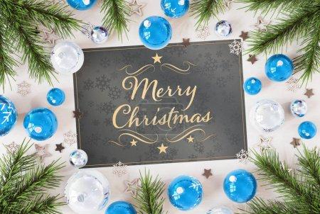 Photo pour Salutations de cartes de Noël sur bois blanc avec billes bleues rendu 3D - image libre de droit