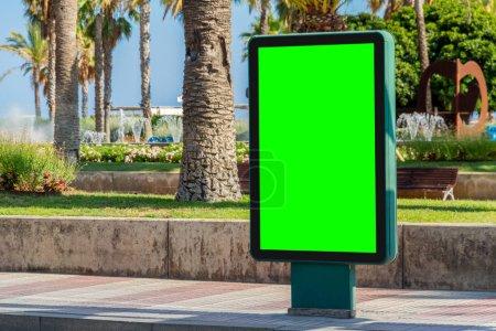 Photo pour Publicité panneau d'affichage en plein air dans la ville balnéaire avec maquettes de palmiers - image libre de droit
