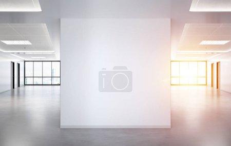 Photo pour Mur carré vierge en maquette de bureau lumineuse avec grandes fenêtres et soleil passant par le rendu 3D - image libre de droit