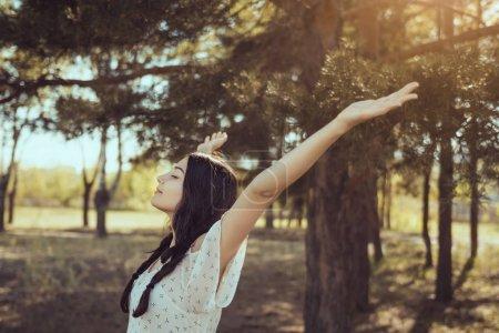 Photo pour Gratuit femme heureuse en forêt, profiter de la nature. Fille de beauté naturelle en plein air dans le concept de jouissance de la liberté. Magnifique race mixte caucasienne asiat posant en vacances vacances voyage en robe. Gros plan - image libre de droit