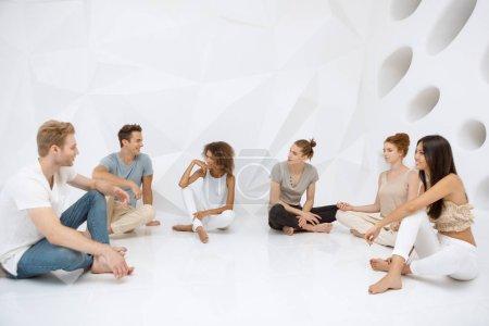 Foto de Concepto de conexión de diversas personas. Grupos de personas sentados y hablando. Y multiétnicos hermosos hombres y mujeres jóvenes comunicando - Imagen libre de derechos