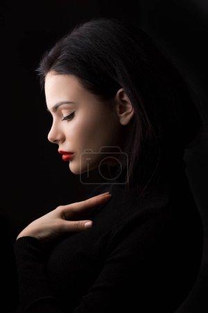 Photo pour Belle femme elle-même tenant la poitrine et coeur à deux mains avec calme visage confiant et penser à la paix. Portrait de close-up minimaliste - image libre de droit