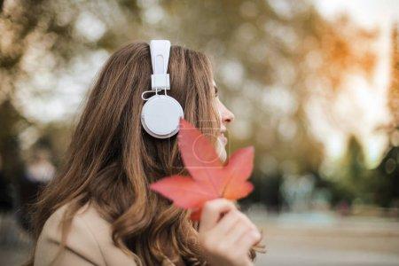 Photo pour Écouter la musique avec un casque dans la nature - image libre de droit