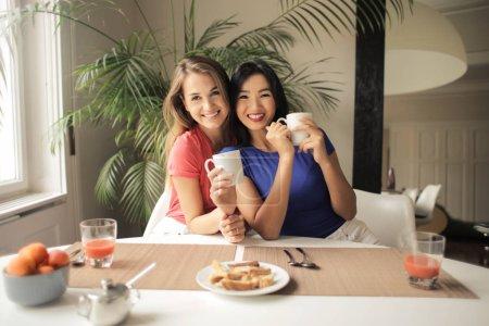 Foto de Dos amigos tienen desayuno - Imagen libre de derechos