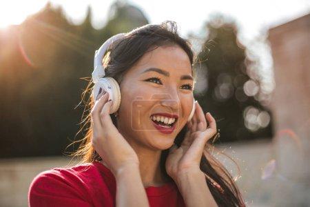 Photo pour Écouter de la musique dans le parc - image libre de droit